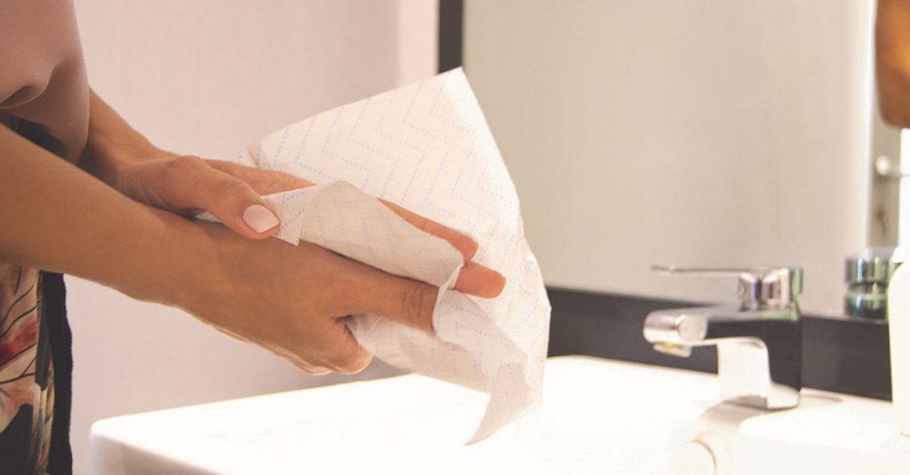 خشک کردن دست با دستمال کاغذی