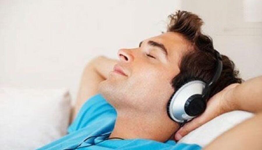 به موسیقی گوش دهید