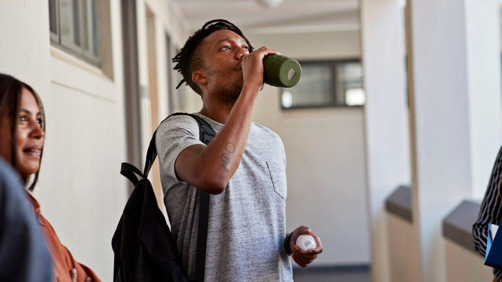 نوشیدن آب برای درمان سردرد