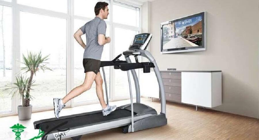 5 مورد از فواید دویدن روی تردمیل و انجام ورزش دو در خانه