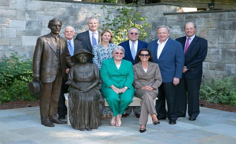 خانواده فورد در کنار مجسمه ای از هنری فورد