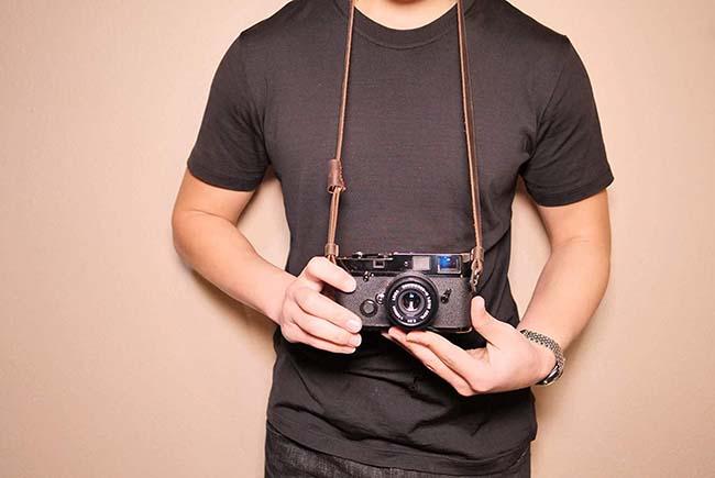 دوربین همراه با بند متصل