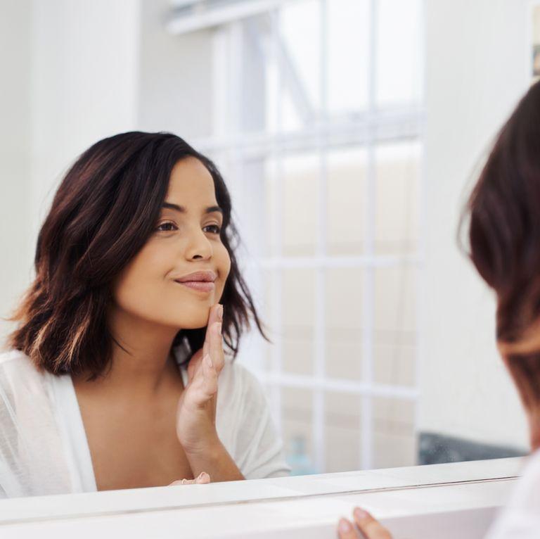 بررسی کردن پوست در آینه