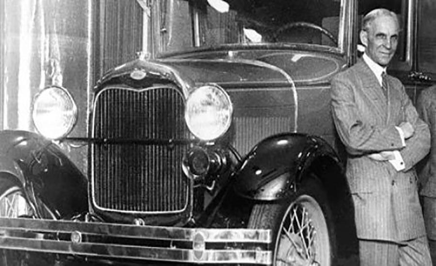 هنری فورد در کنار یکی از خودرو های شرکت فورد