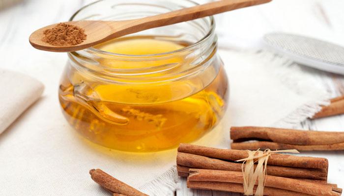 اضافه کردن دارچین و عسل به چای لیمو