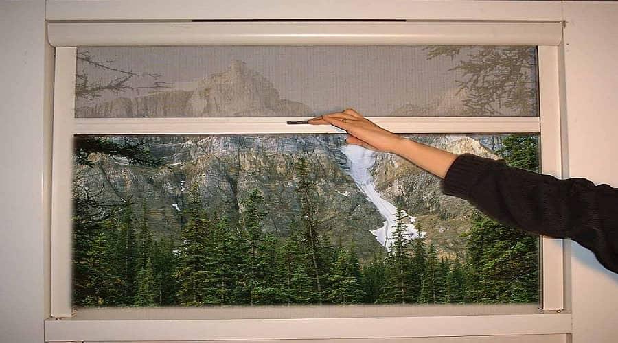 با نصب توری به روی درها و پنجره های خود مانع ورود حشرات و پشه های مزاحم شوید