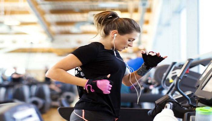 انجام یک تمرین سبک مانند استفاده از تردمیل با حرکت آهسته