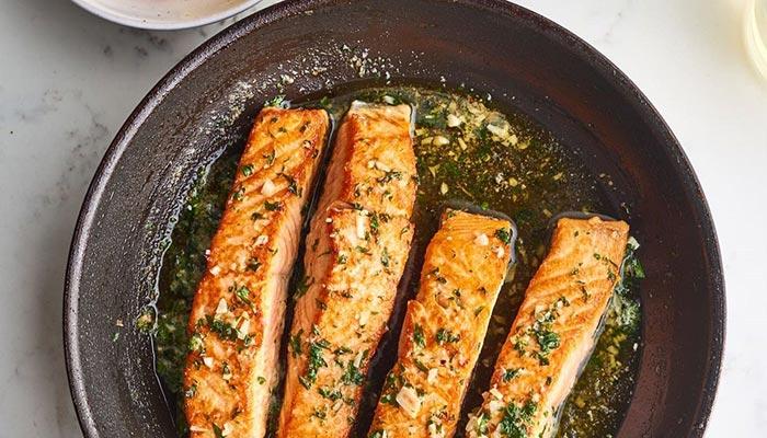 طرز تهیه ماهی سالمون داخل ماهیتابه.