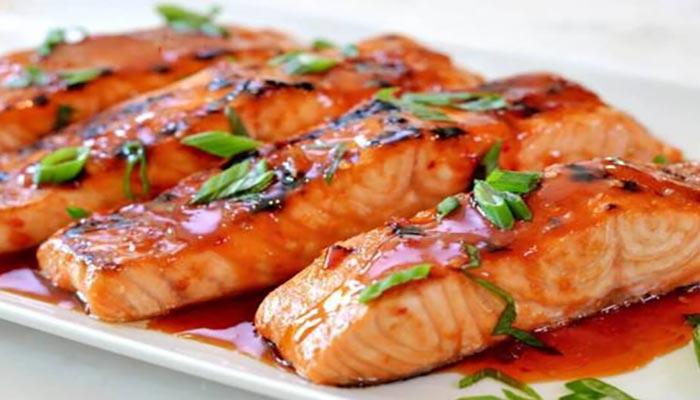 طرز تهیه ماهی سالمون سرخ شده.