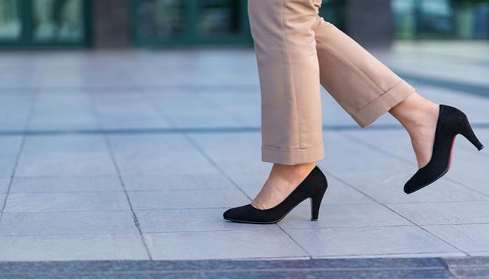 پوشیدن کفش پاشنه بلند می تواند رباط ها را ضعیف کند.