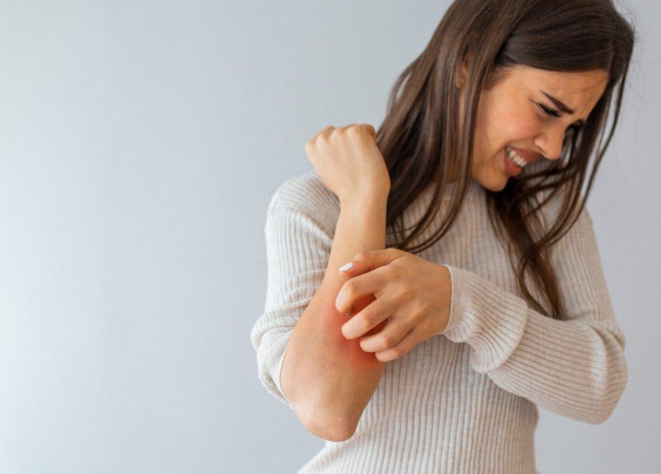خارش بعضی از قسمت های بدن می تواند از عوارض حساسیت و آلرژی باشد