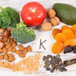 میوه سبزیجات و... شامل مقدار زیادی ویتامین K است.