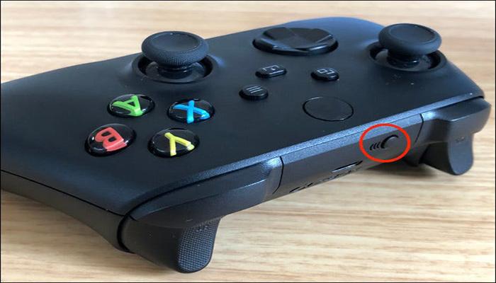 دکمه جفت سازی در بین دکمه های LB و RB).