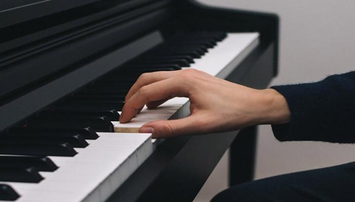 نواختن پیانو.