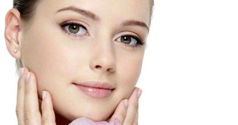 مرطوب سازی پوست یکی از بخش های اساسی روتین پوست چرب است