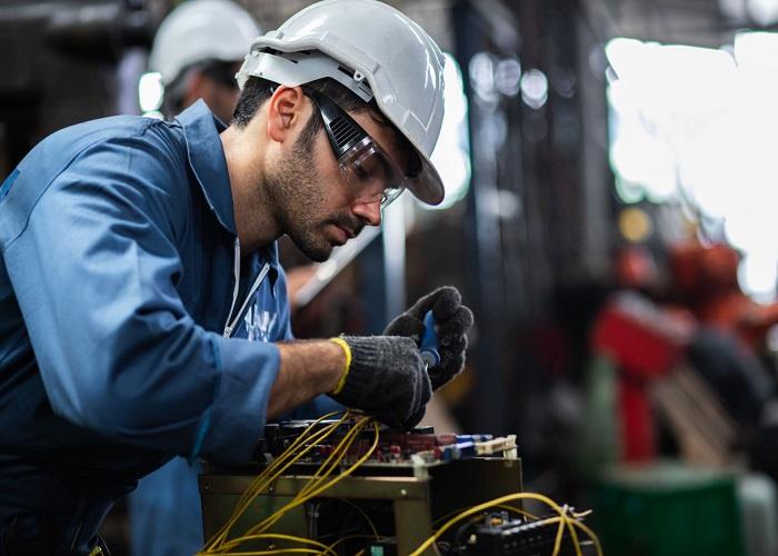 مهندس برق با حقوق متوسط 91.832 دلار یکی از مشاغل برتر در کانادا است.
