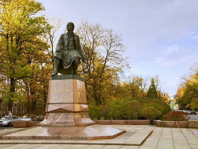 مجسمه میخائیل لومونوسف