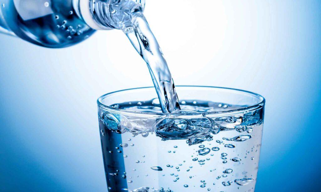 آب، ماده ای ضروری و بسیار مفید برای بدن است.