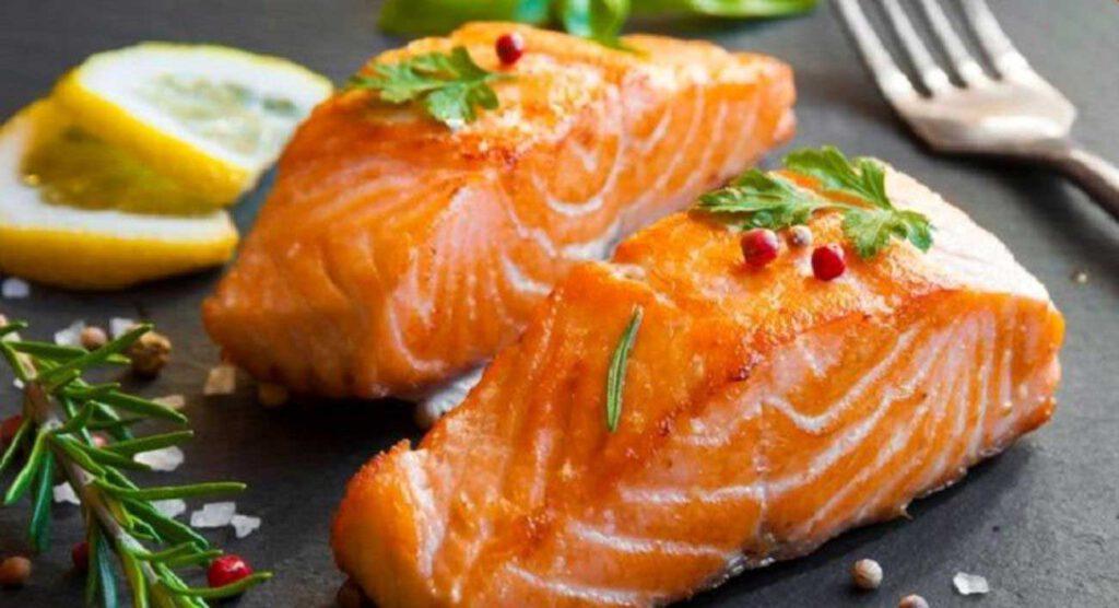 ماهی ها منابع عالی از اسید های چرب امگا 3 هستند که با رشد مو ارتباط دارند.