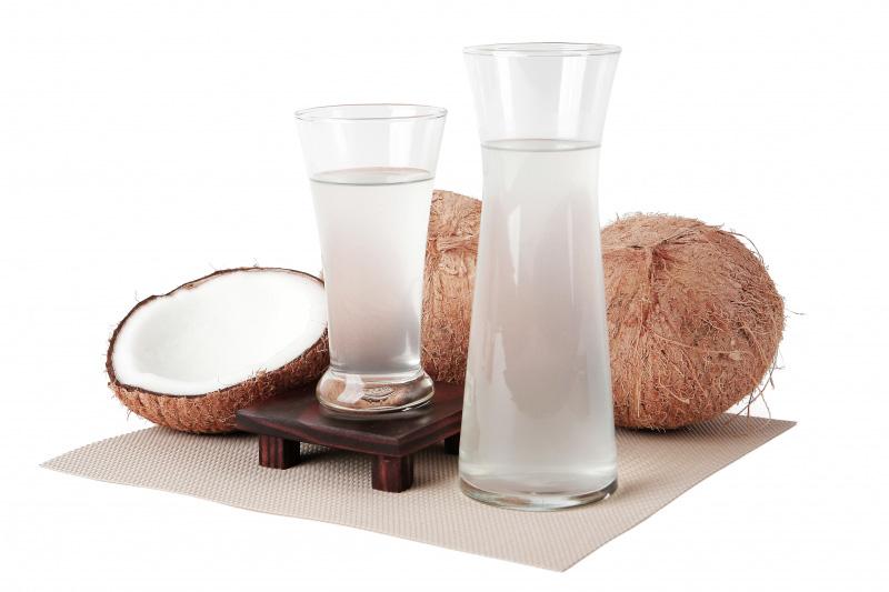 آب نارگیل شیرین و کم کالری است و برای تامین آب بدن، می تواند موثر باشد.