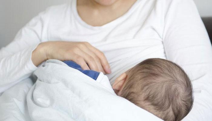 شیر دادن به فرزند مانعی ندارد.