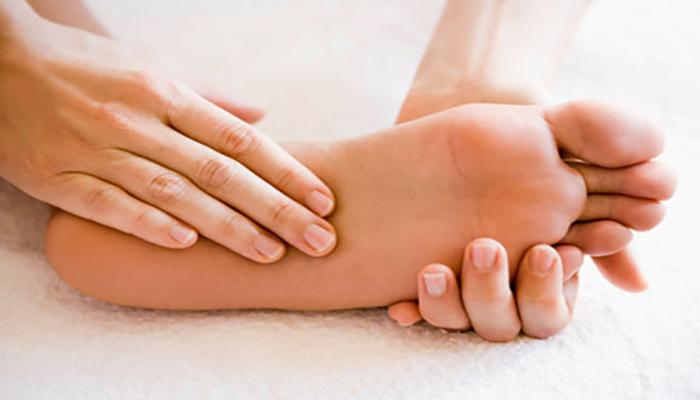 ماساژ پا، می تواند بی حسی را درمان کند.