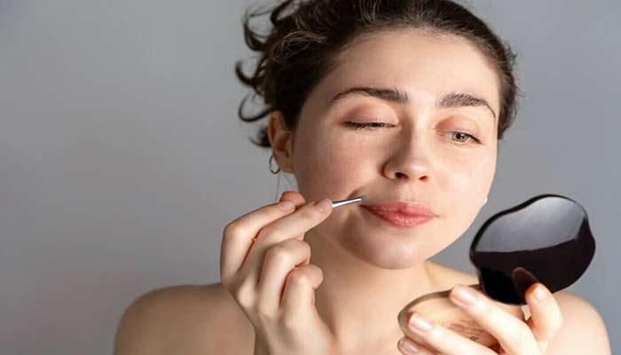 استفاده از موچین برای حذف مو های زائد صورت